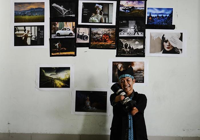 Индонезиец на фоне своих работ.