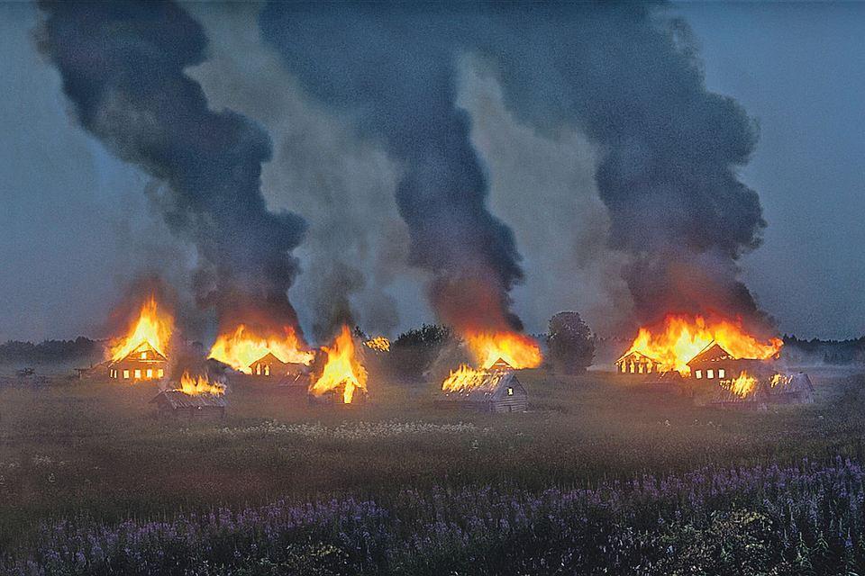 Сейчас фотографу придется ответить за свою акцию - все сожженные им дома имеют хозяев. Один из них подал заявление в полицию о намеренном поджоге. Теперь имя поджигателя известно. Фото: instagram.com