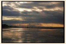На границе Нидерландов с Северным морем (общий план, с драматическим закатом) / Пляж в Scheveningen, возле Гааги, зимой...