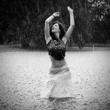 На дворе снег, а в душе летний дождь / В парке начался дождь, Вера тут же полезла в пруд, я сразу забила на Д70, а прохожие забили на дождь и стояли под деревом, глазели на наш фотопроцесс. Приятно вспомнить! Д70 уцелел, хвала ему и почет.
