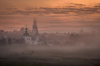 Купола в тумане / Утро встречало вязким, густым туманом, который слоями, как этажами перекрывал колокольни суздальских храмов.