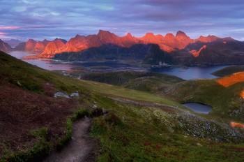 Последнее касание тепла / На вечернем спуске с горы. Лофотены, Норвегия.