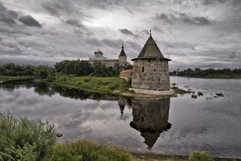 Сквозь время / Псковский Кремль при слиянии двух рек - Великой и Пскова. На слиянии этих рек в 903 году и был основан город.