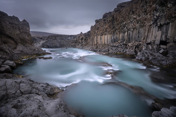 b a s a l t / Базальт- магматическая вулканическая горная порода. На большей части нашей планеты находится глубоко под землей. Сложно себе представить, что были времена, когда базальт был на поверхности даже там, где сейчас мы с вами живем, текли реки раскаленой лавы, и застывали в такие вот структуры и породы. Однако есть на Земле такие места, где можно и сегодня лицезреть процесс и результат сотворения мира. Одно из таких мест- это Исландия. Видя подобные коньоны с настолько искусным оформлением сложно представить, что все это дело первозданной природы. Складывается впечатление, что эти колоны постоили древние Атланты. Приятного просмотра!