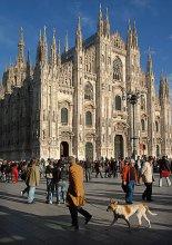 """На Соборной площади / В центре Милана - Соборная площадь (Piazza del Duomo), на которой и стоит Дуомо (Duomo),  самый большой на свете готический собор.  Где-то прочитал: """"Ошеломляющий Дуомо"""". Точное определение. А площадь - очень живая. Там всегда интересно.))  Широкоугольник и помог, и затруднил. ))"""