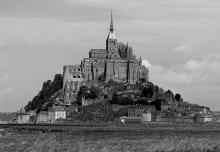 Аббатство Сaн Мишель / Снимки St.Michel Abbey (Нормандия) на сайте были неоднократно. У Ega и GoodMood есть интересные работы.   Основанное в 708 году  аббатство быстро перешло к бенедиктинцам.    И сейчас это действующий монастырь.