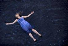 """Медленное течение / """"Я в реке!"""" -  подумал ёжик. """"Пускай река сама несет меня!"""" - решил он. Как мог, глубоко вздохнул, и его понесло вниз по течению."""