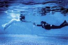 Свадебная фотография / Неля и Игорь — молодожены. Снимать под водой оказалось на много сложнее чем я себе предпологал, я знал что будет не легко, но понял когда без особой подготовки принялся осуществлять свою идею. К томуже что молодожены восем не умели плавать!!! Замёрзли и намучались!
