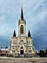 кирха / Лютеранская кирха (1906-1907). Построена немцами-колонистами в неоготическом стиле на фундаментах кармелитского монастыря. Сейчас здесь находится баптистская церковь (Дом Евангелия).