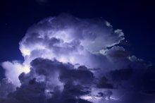 ночное облако / молнии чудесным образом подсвечивают облака во время ночной грозы