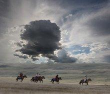 Всадники Укока / Группа конных туристов пересекает плоскогорье Укок в изменяющихся погодных условиях...