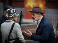"""Вот вы мне скажите-Кому на Руси ... / да, да, разговор о том, кому на Руси жить хорошо... случайно мной """"подслушанный"""" 1 Мая, на Красной площади, у Вечного огня... Окружение мне показалось столь символичным, что не рискнула переводить в ЧБ, хотя так хотелось. Надеюсь услышать ваши отзывы..."""