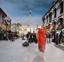 """Без названия / Лхаса (столица Тибета), дорога вокруг главного храма. Самая распрастранённая практика у поломников - обход храмов и святых мест по кругу, по часовой стрелке, с читание молитв определённое количество раз - называется """"кора"""". Самые старательные поломники проходят кору измеряя пространство не шагами, а длиной своих тел."""