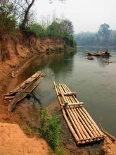 Нам Кхан река / Снимок сделан в апреле 2010 года на реке Нам Кхан в Лаосе, на которой расположена деревня слонов Ксиенг Лом. Сюда из г.Луанг-Прабанг приезжают группы туристов, чтобы покататься на слонах.