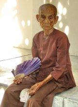 """""""Последний день Помпеи"""" / Снимок этой древней старушки был сделан в г.Нячанг (Вьетнам) в июне 2009 года. На вид ей было лет 300, но способность зарабатывать она не потерела, запросила денег за фотосъёмку. :)"""