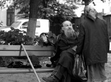 Жизнь,какая она есть. / Фото сделано возле одного из мужских монастырей в Киеве.Жарким летним днем,зашел в этот монастырь попить водички(там очень вкусная вода из родника),а после -дай думаю посижу на лавочке перед входом в храм под липами,которые как раз цвели и расточали свой сладкий аромат на всю округу.И тут я его заметил.К нему поочередно подходили все нищие в округе и о чем-то беседовали,недолго правда.Поговорив с каждым из них,он осенял свою :паству: крестом и так длилось около полутора часов.За это время я сделал несколько кадров.Один из них выношу на ваш суд.