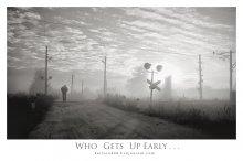 Кто рано встаёт ... / Раннее утро...Туман...Тишина...И шаги.Быстрые,приближающиеся из тумана и уходящие в туман...Случайный прохожий,который дополнил своим появлением жанровую композицию.Наверное без него всё выглядело бы иначе.Кто рано встаёт...Ну вы знаете... ...Впервые попробовал выставить фото в чёрно-белом цвете.С удовольствием выслушаю ваши пожелания. Про рамочку я уже в курсе;)