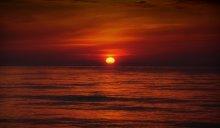 На небесах только и говорят, что о море... / ...как оно бесконечно прекрасно, о закате, который они видели, о том, как солнце, погружаясь в волны, стало алым как кровь и они почувствовали, что море впитало энергию светила в себя, и солнце было укрощено, и огонь уже догорал в глубине.