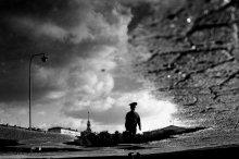 подглядывая за работой Дворца ГенШтаба. / Минск, прогулки по набережной. первая моя черно-белая пленочка.