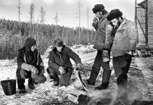 ... расценки снова урезали ... / Бригада в раздумье: обещали закрыть наряды за январь по рубль пятьдесят в час, а получилось - по рублю ...