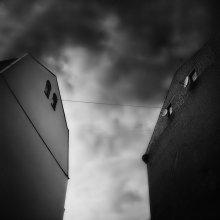 Соседи / на фото - два дома, представляющих двух соседей. Один из них даже в очках. Дома не выравнивал по вертикали т.к. хотел чтобы они остались наклонены друг к другу да и саму фотографию это исказило бы.   хочу критики, если не сложно.