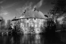 Прикоснуться к средневековью... / Германия.Северный Рейн- Вестфалия.Мюнстерланд.Людингхаузен.Крепость Фишеринг,построенная приблизительно в 1630 году,расположена в центре небольшого озера.  В настоящее время функционирует как музей и ресторан.Желающие могут заказать оригинальный обед пятнадцатого века