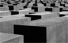 Memory / Берлин, мемориал жертвам Холокоста Мемориал, расположен в центре Берлина, между Бранденбургскими воротами и элементами бункера бывшего руководства нацистской Германии.Представляет собой огромное поле из более чем 2 700 серых плит.