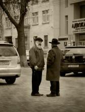 2х2 / Беседа перед синагогой.