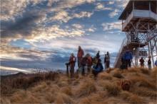 Встречая солнце / каждое утро горстка разных людей встает в 5 утра и с  фонариками преодолевает крутой подьем 400 метров чтобы встретить рассвет на этой возвышенности с которой открывается шикарный вид  на горы высота 3400-3500