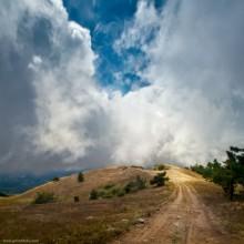 Дорога к облакам / А через 5 минут облака налетели на Демерджи. Видимость упала метров до 30. Стало холодно. Не очень приятно находиться на высоте примерно 1200м в облаках и слышать раскаты грома.. Приятного просмотра!