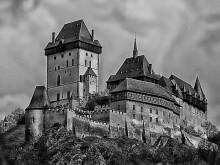 Карлштейн / готический замок императора Карла IV на 72-метровой известковой скале над речкой Бероунка, в 28 км юго-западнее Праги, в пределах Чехии.