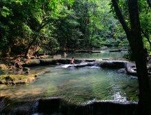 дитя природы / местный житель принимает ванну в джунглях