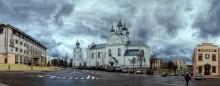 в центре местечка / панорама с собором