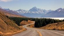 Дорога в горы / Снимок сделан в апреле 2011 года на Южном острове Новой Зеландии во время обзорной почти 12 часовой экскурсии из Квинсленда в Крайстчёрч. На снимке изображена гора Кука.