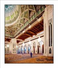 Храм / Мужской молитвенный зал Большой Мечети в Маскате, Оман.