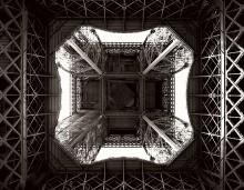 Знакомая незнакомка. / При желании Эйфелеву башню можно увидеть и такой...