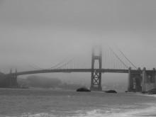 Безграничная власть тумана / Густой туман только к 11 часам дня решил отпустить из своих объятий Золотой мост в Сан-Франциско.