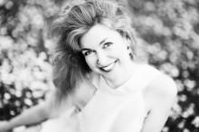 улыбка / Кристина на ковре из маргариток