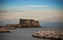 """""""Кастель-дель-Ово"""" / Касте́ль-дель-О́во (итал. Castel dell'Ovo; собств. «замок яйца», «яичный замок») — средневековая крепость на острове в Тирренском море, соединённом узкой насыпью с Неаполем. Предполагается, что именно здесь в VI в. до н. э. и был основан греческими колонистами этот город."""