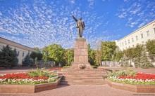Ленин / День за днем идут года -   Зори новых поколений, -   Но никто и никогда   Не забудет имя ЛЕНИН.  Брест, сентябрь 2011