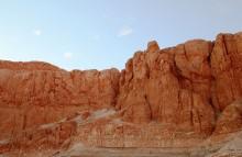 Cкалы Луксора / Долина Царей в Луксоре - место царских захоронений фараонов Нового царства, когда для погребальных целей перестали строить пирамиды, а стали вырубать гробницы в скалах. Делалось это чтобы спрятать от посторонних эти святыни, гробницы заваливали камнями, но и в скалах их тоже находили и грабили. На стенах скальных коридоров сохранились цветные рисунки, изображающие жизнь и подвиги погребенных здесь фараонов. Самыми известными являются гробницы Тутмоса III, Аменхотепа II, Тутанхамона, Хоремхеба, Рамзеса I, Сети I, Меренптаха, Рамзеса III, Рамзеса VI и Рамзеса IX.
