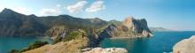 Панорама Нового Света / Фабула - высокое солнце дало хорошие тени Центр съемки - мыс Капчик  Слева - Царская бухта Справа - Разбойничная бухта За Разб. бухтой грот Шаляпина  Справа далеко - Гора Меганом ВООБЩЕМ ХОЧУ НА МОРЕ!!!!