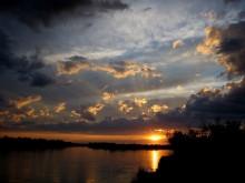 Последние лучи заходящего солнца / Закат на реке Или