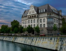 Жить на речке / Канарис-Хаус (Canaris-Haus), Берлин – здание построено в 1913 году по проекту Пола Карчова (Paul Karchow) для Трансатлантического общества страхования товаров (Transatlantische Güterversicherungsgesellschaft).  Однако свое имя дом получил гораздо позже в честь противоречивого адмирала Вильгельма Канариса (Wilhelm Canaris), начальника военной разведки гитлеровской Германии, который был повешен в 1945 году в концлагере по подозрению в планировании убийства Гитлера.  Сейчас в доме находиться Общество технического сотруничества (Gesellschaft für Technische Zusammenarbeit).  Здание со всех сторон окружено водой. Спереди каналом (Landwehrkanal), которой был сооружен в 1845-1850 годах для разгрузки корабельного движения по реке Шпрея. Сзади урбанистическим прудом спроектированным крайне востребованным, нынче итальянским архитектором Ренцо Пьяно (Renzo Piano), который является одним из основоположником стиля Хай-Тек в архитектуре.
