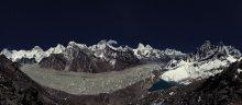 вид на Эверест / Результат долгой подготовки и месяца жизни в путешествии - вид, за которым мы ехали в Непал. Точка съёмки - гора Гокио Ри, 5360м., полнолуние, ноябрь, танцы в морозную ночь вокруг штатива. Вид на Эверест)). Посередине кадра есть две горки с облачками - та, что левая - Эверест.
