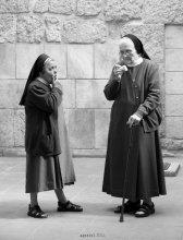 """вопрос / вопрос повисший в майском воздухе...  мои Иерусалимские «походульки» по улицам :)  приятного просмотра :)  хотя это чистый жанр, далее перейду в категорию """"Спонтанный портрет"""", т.к. понимаю её как именно жанровый портрет и отбросив раздумья вывешу некоторые уличные портреты из серии """"Драма в один акт"""", о которой упоминал, когда был в Минске.  PS свои """"более привычные"""" работы буду вывешивать через одну, так что следующая опять о """"Человеке"""" :)"""
