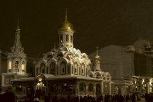 Метель / Ночь, Красная площадь, заполненная праздно-празднующим народом — и над всем этим столпотворением — бездонная чернота неба, заполненного свистящими струями метели...