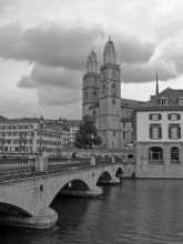 Гроссмюнстер / Гроссмюнстер (Grossmunster) - одна из трех важнейших церквей Цюриха, наряду с Фраумюнстер и церковью святого Петра. Этот монастырь выполнен в романском стиле, что играло значительную роль в итории протестнатской реформации. Центральная часть собора около набережной реки Лиммат была построена на месте церкви Каролингов. Начало строительства собора датировано 1090 годом, церковь начали использовать только около 1220 года.    Гроссмюнстер представлял собой мужской монастырь, конкурируя с Фраумюнстер по другую сторону реки Лиммат на протяжении Средних веков. По легенде, Гроссмюнстер был основан Карлом Великим, чей конь упал на колени над могилой Феликса и Регулы, святых покровителей Цюриха. Легенда помогла удержать приоритет перед Фраумюнстер, который был основан внуком Карла Великого - Людовиком Немецким.