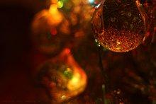 Новогодний янтарь / Елочно-игрушечный мир в полумраке, освещаемый только светом от гирлянды