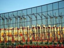 Кривое зеркало / Ледовый дворец, отражение новостройки